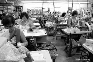 1970年代の写真と思いきや、今も一部の商 品は本社ファクトリーで縫製している。変わらないスタイルが伝統を守る。