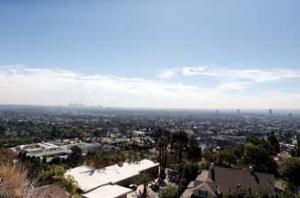 はるか遠くに見える高層ビルはダウンタウンのビル群。